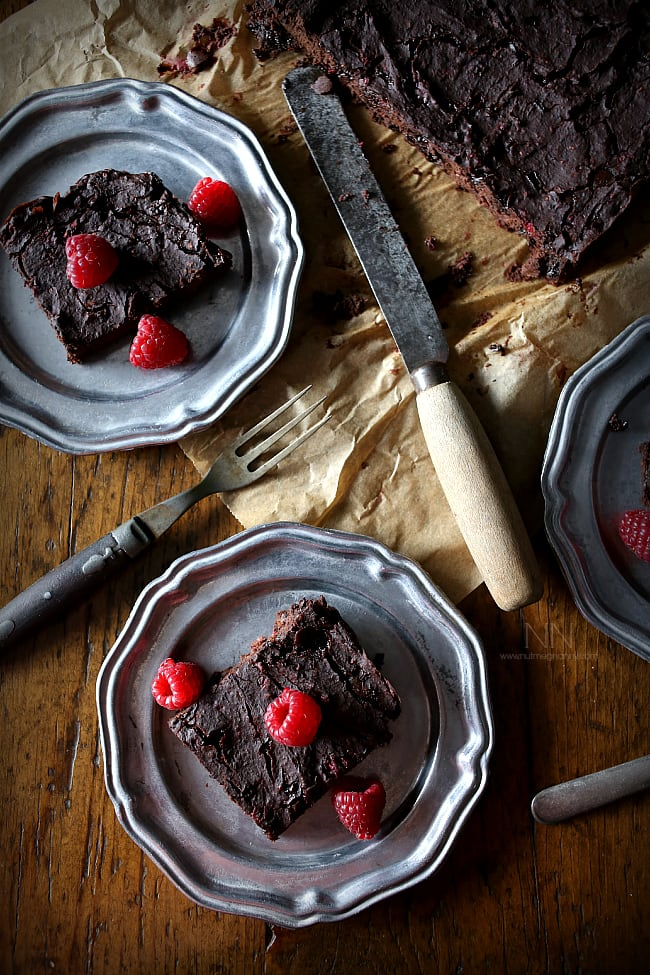 These healthy raspberry chipotle black bean brownies are packed full of fresh raspberries, black beans and smoky chipotle powder. Hello healthy brownies!