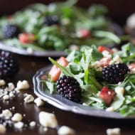 This black and blue salad with crispy ham is the perfect summer salad. A delicious combo of arugula, crispy ham, blackberries and blue cheese.