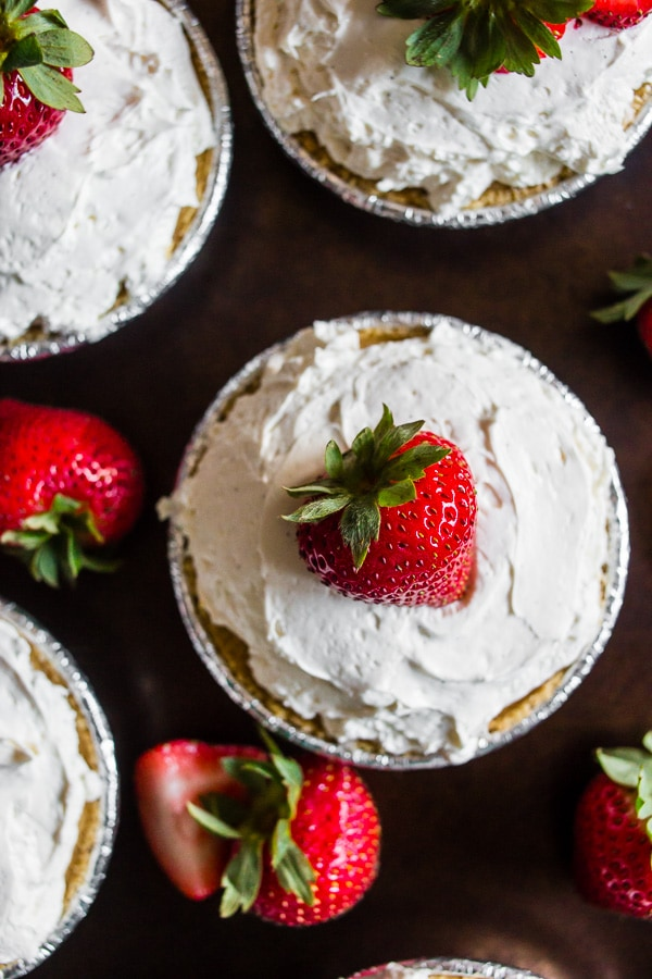 These no bake strawberry tartlets are the perfect way to end the summer. Plus this recipe only needs 5 ingredients and is prepared in just 15 minutes!