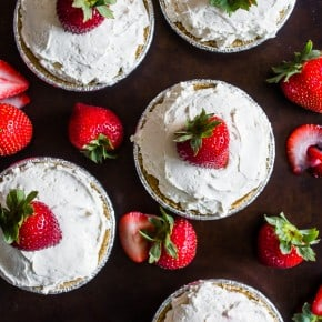 These no bake strawberry tartlets are the perfect way to end the summer. This recipe only takes 5 ingredients and is prepared in just 15 minutes!