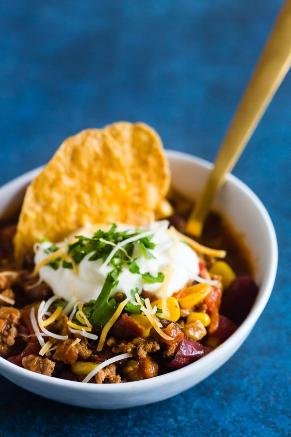 This chipotle ground turkey chili is packed full of healthy deliciousness with just a touch of chipotle pepper heat. Super simple to make and ready in just an hour! How simple is that?